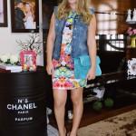 Look do Dia: Vestido Color, Colete Jeans e Bolsa Satchel
