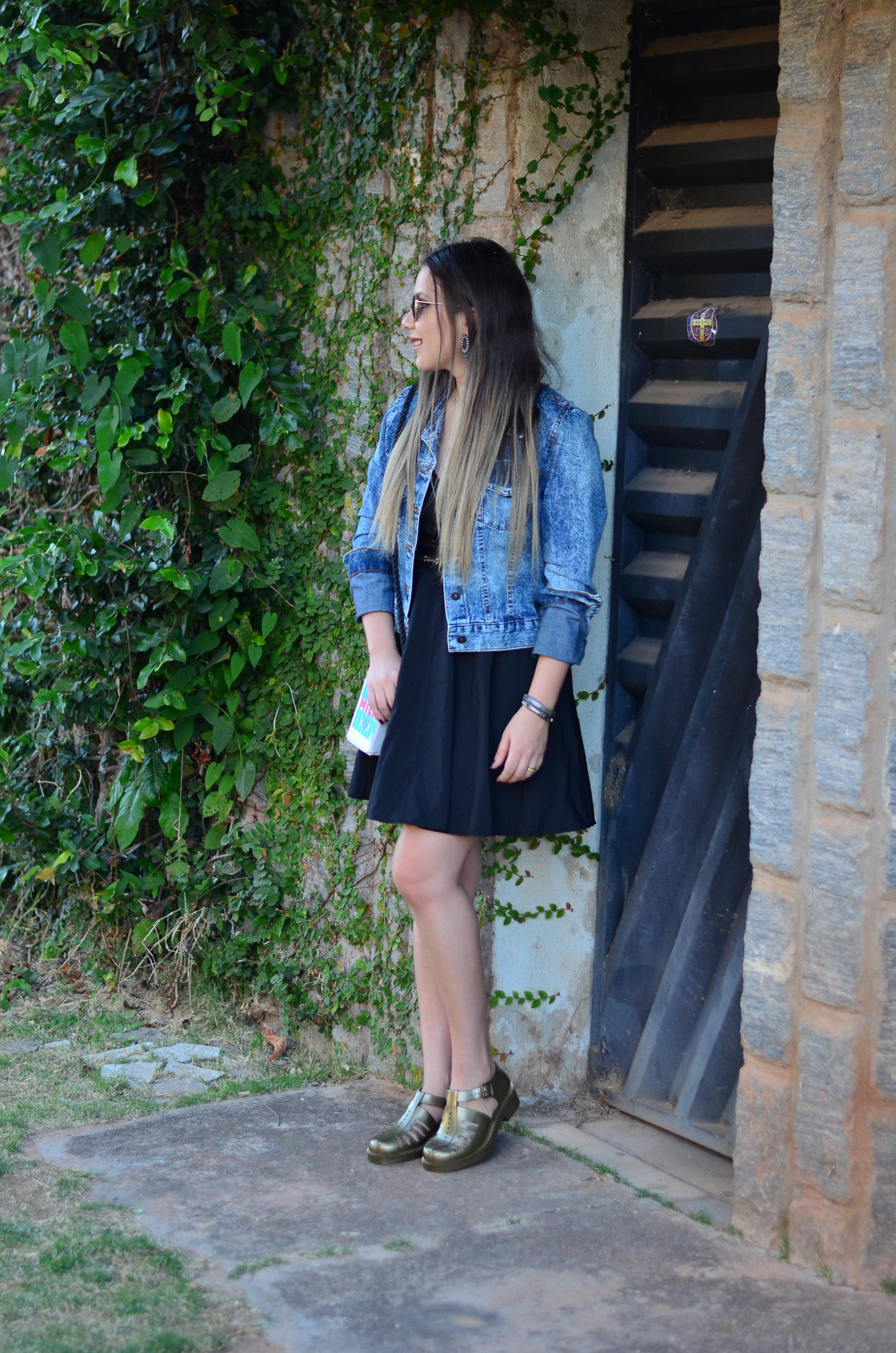 look melissa aranha bronze, vestido preto, jaqueta jeans e bolsa caixa de leite 2