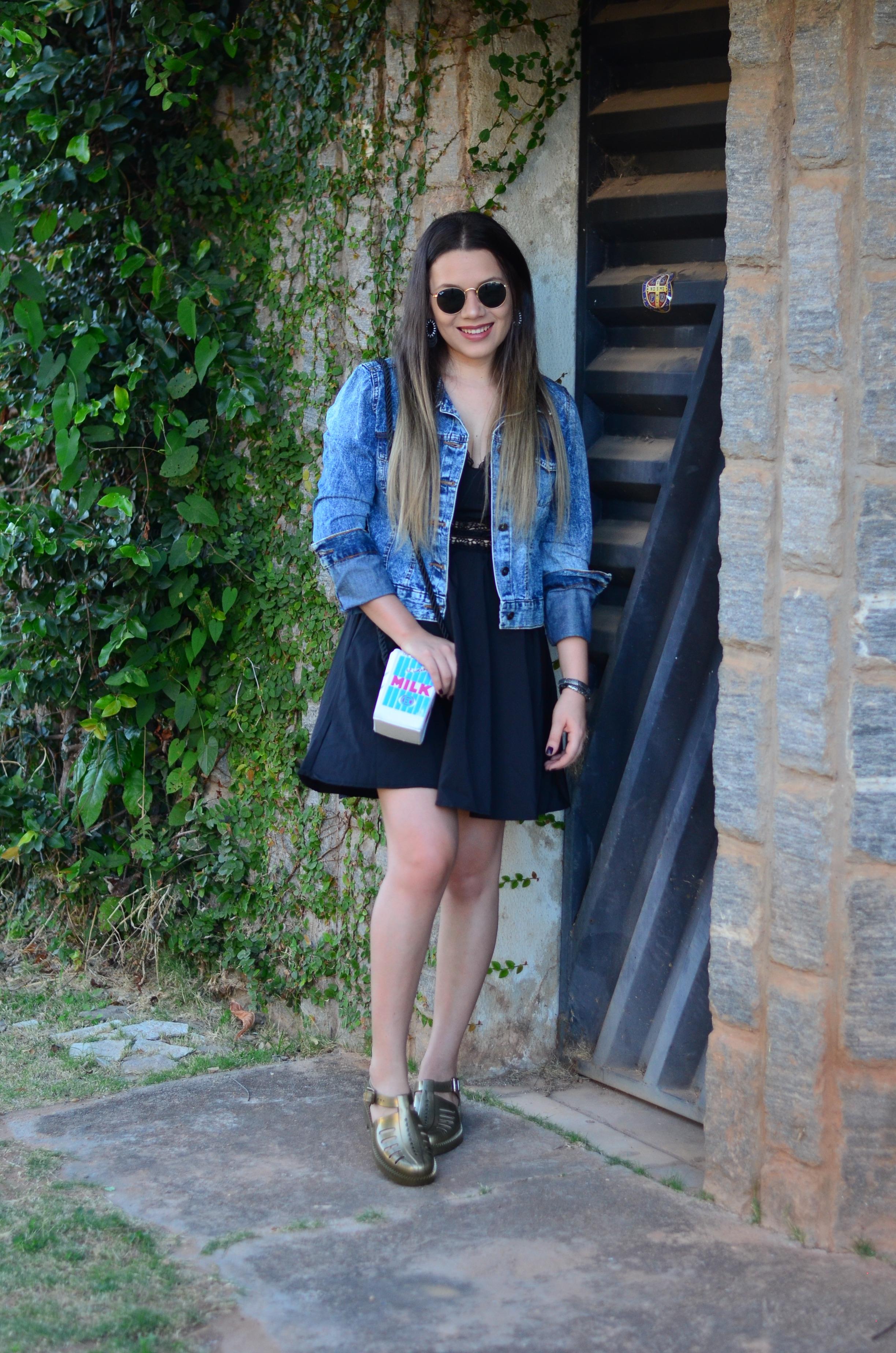 look melissa aranha bronze, vestido preto, jaqueta jeans e bolsa caixa de leite 3