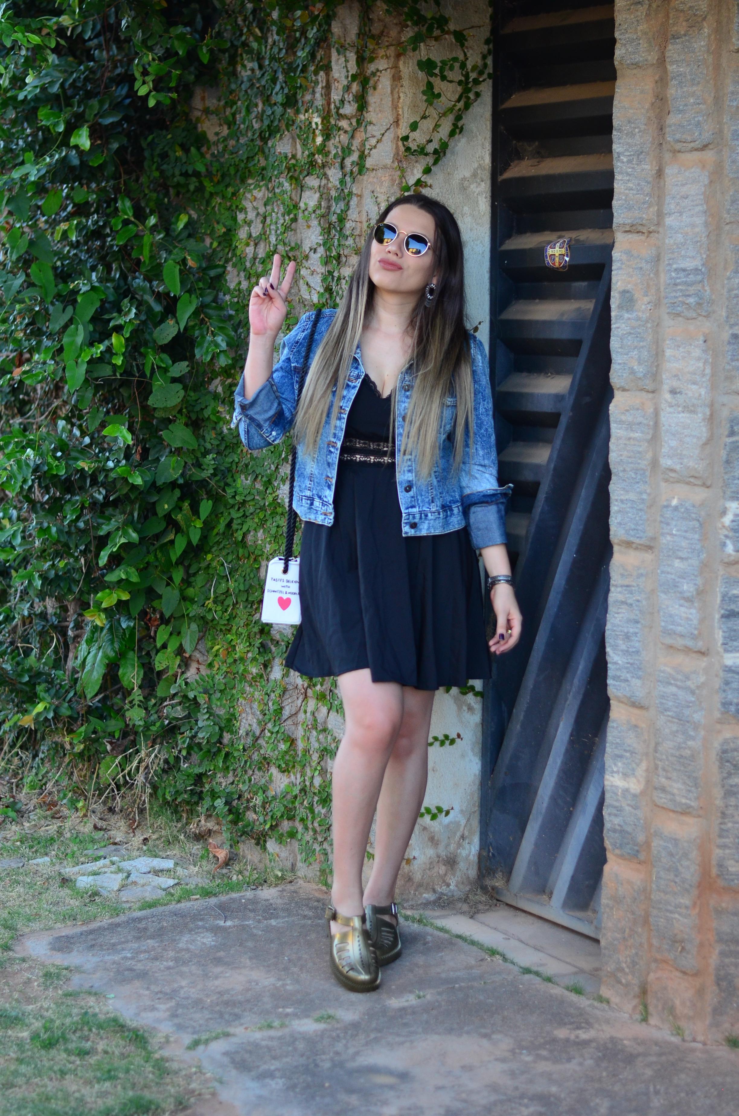 look melissa aranha bronze, vestido preto, jaqueta jeans e bolsa caixa de leite 4