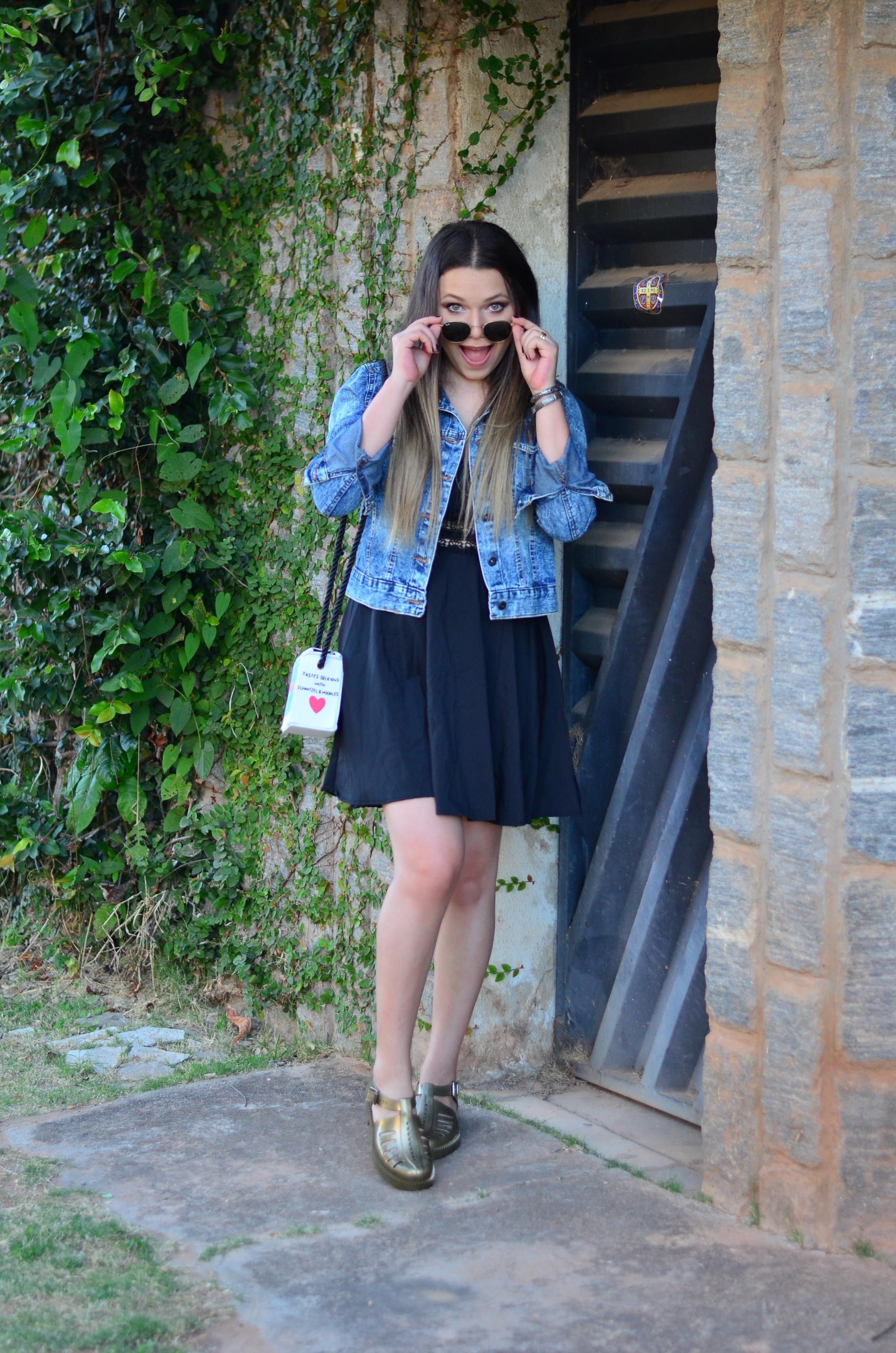 look melissa aranha bronze, vestido preto, jaqueta jeans e bolsa caixa de leite 5