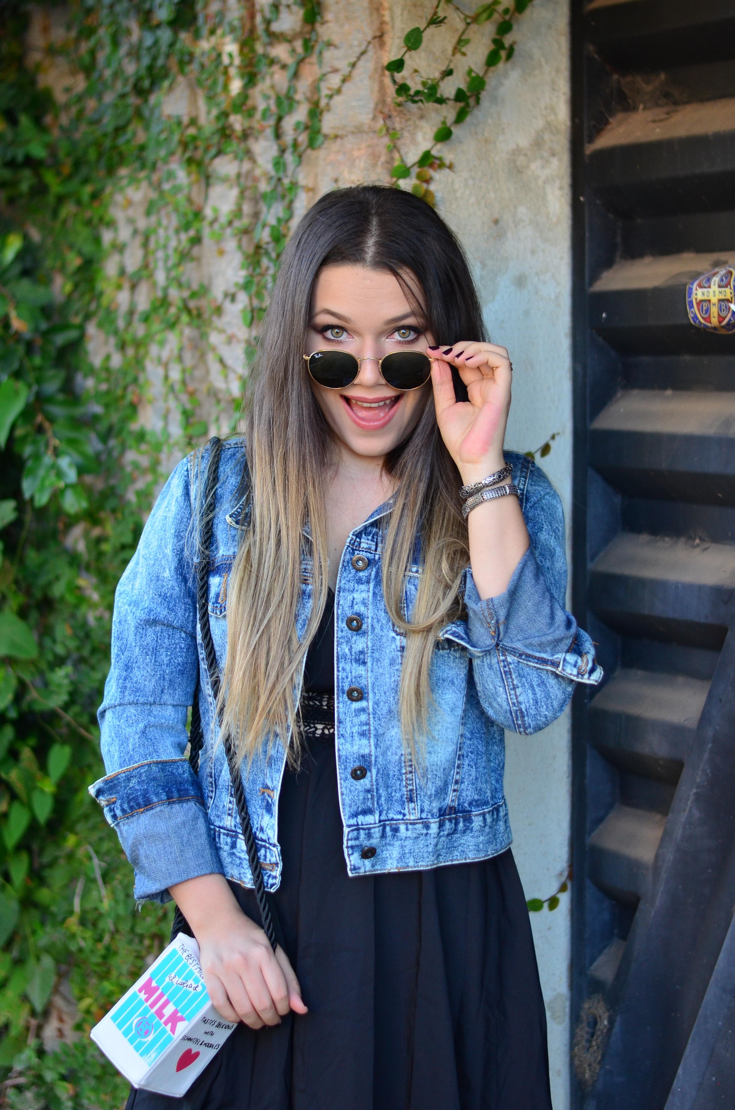 look melissa aranha bronze, vestido preto, jaqueta jeans e bolsa caixa de leite11