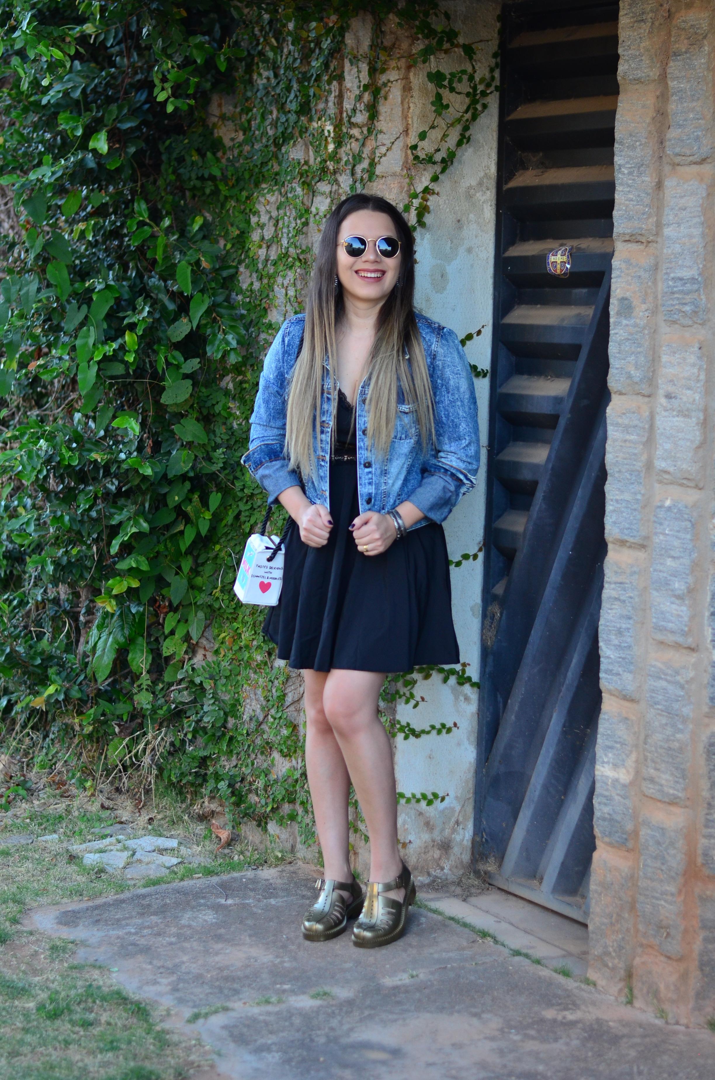 look melissa aranha bronze, vestido preto, jaqueta jeans e bolsa caixa de leite6