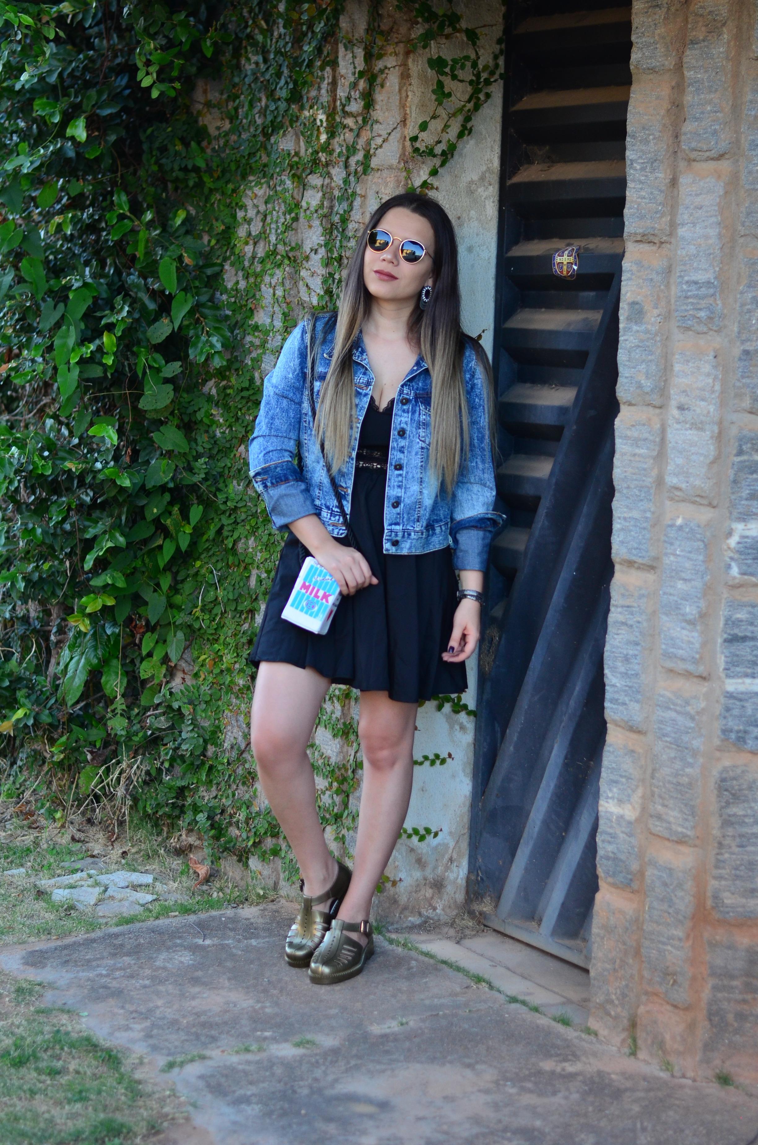 look melissa aranha bronze, vestido preto, jaqueta jeans e bolsa caixa de leite7