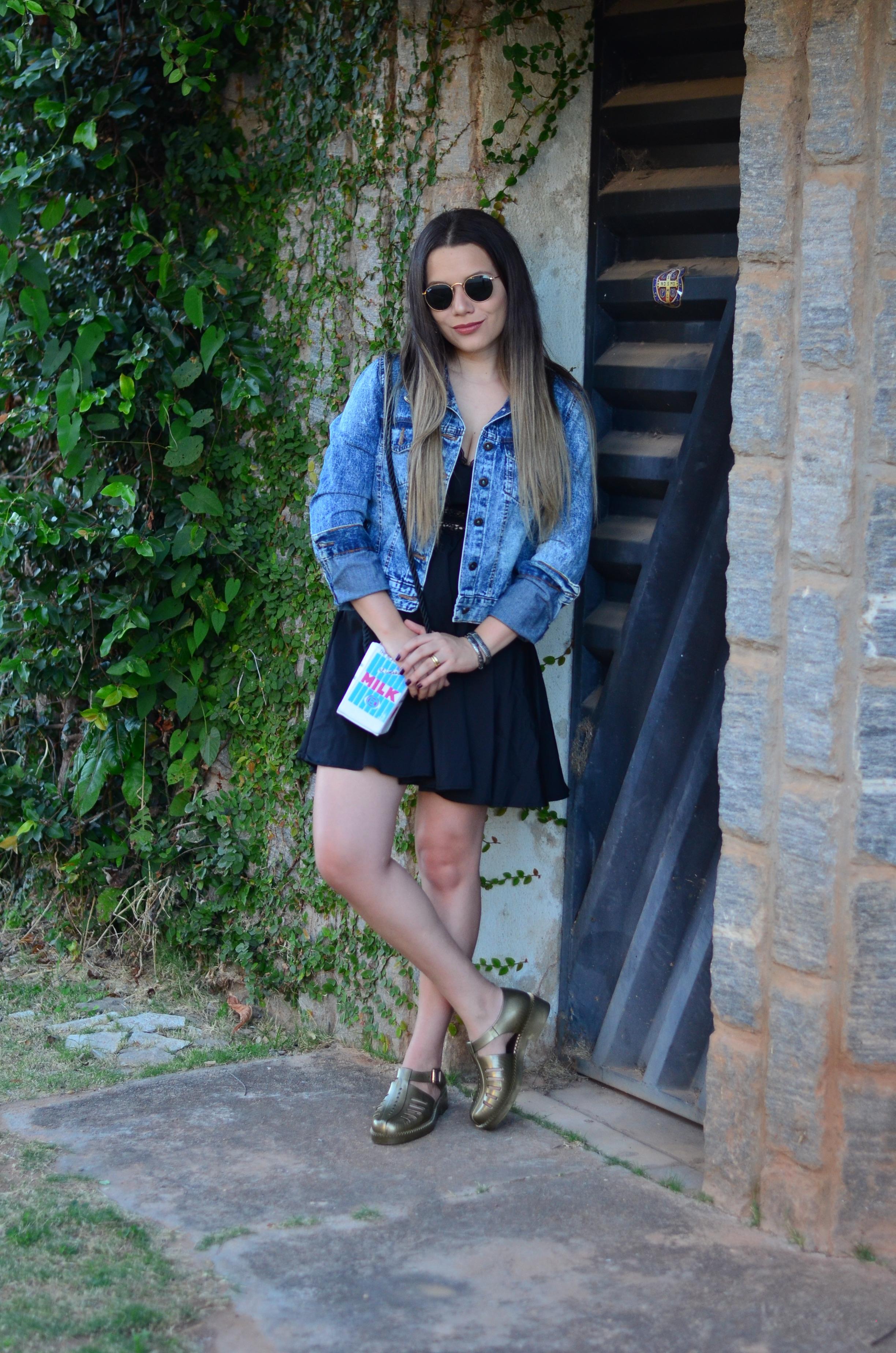 look melissa aranha bronze, vestido preto, jaqueta jeans e bolsa caixa de leite8