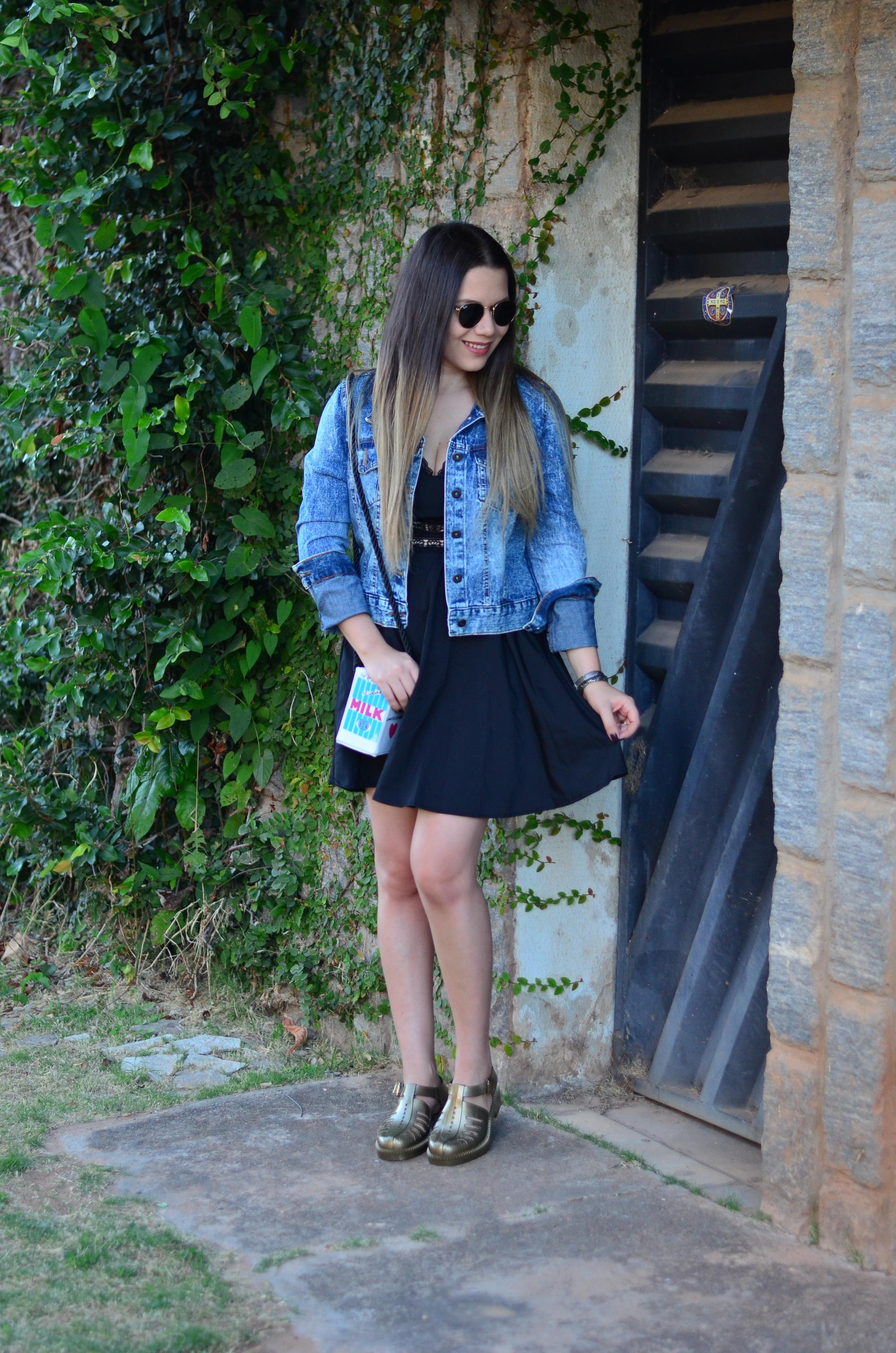 look melissa aranha bronze, vestido preto, jaqueta jeans e bolsa caixa de leite9