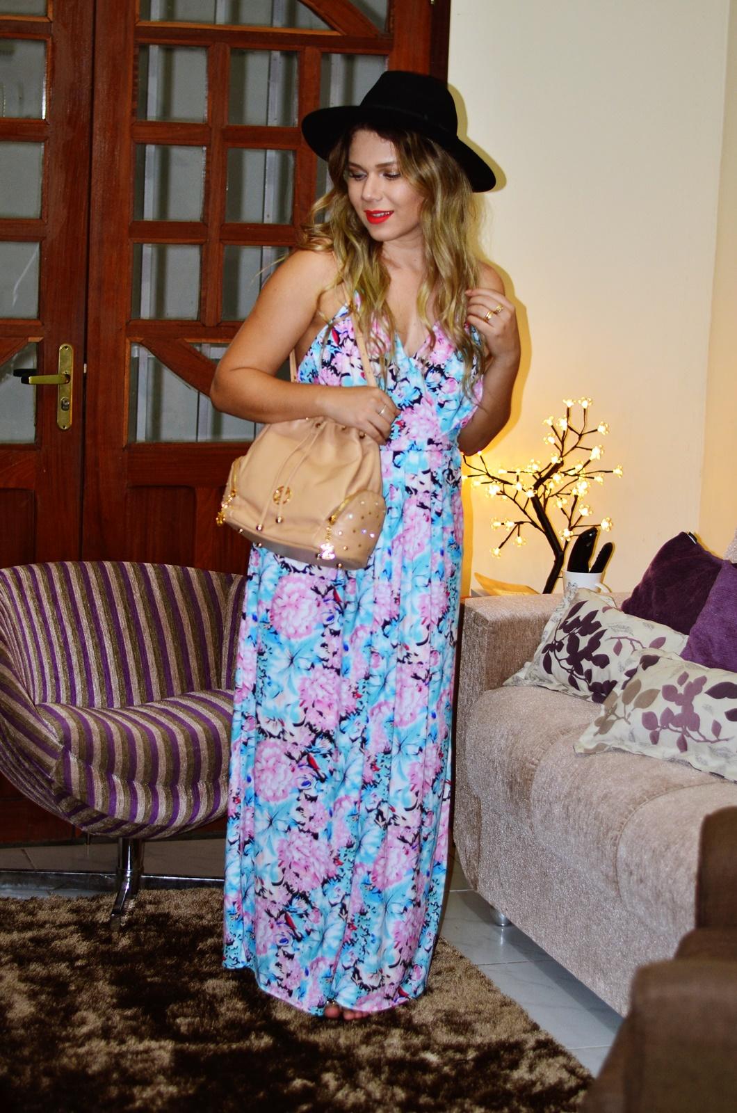vestido longo floral + chapeu + bolsa saco
